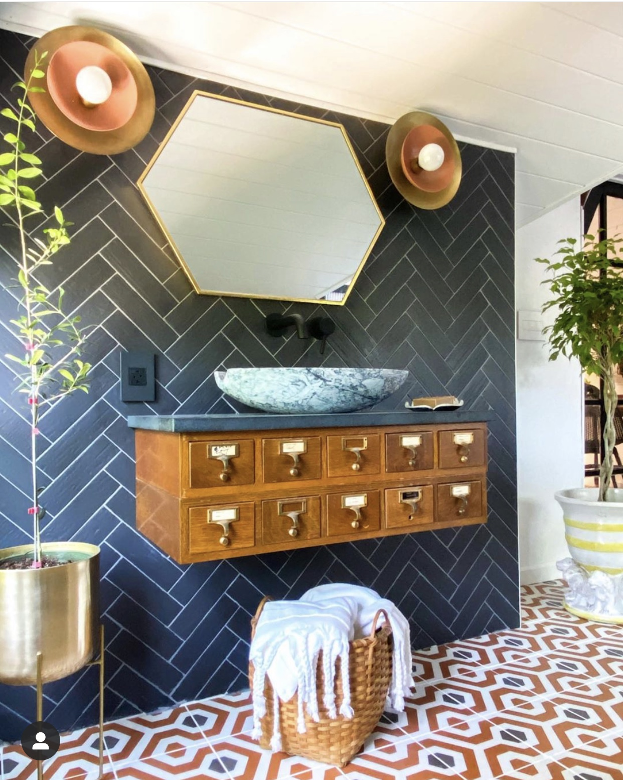 Kate Pearce was one of the featured designers in the One Room Challenge and she did certainly not disappoint.  The use of tiles in this project is so gripping.  An she has used a vintage piece which touches on one of the other trends that I mention. 📷@katepearcevintage
